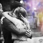 Аватар Парень и девушка стоят, обнявшись