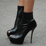 Аватар Женские ножки в черных ботильонах с открытыми носочками