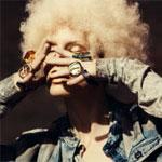 Аватар Блондинка в джинсовой курточке закрыла лицо руками