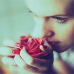 Аватар Девушка нюхает красную розу в руках