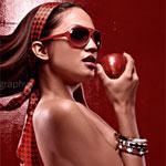 Аватар Брюнетка с красно-черной повязке на голове, в красных солнечных очках, с обнаженным торсом, держит в руке у губ красное яблоко