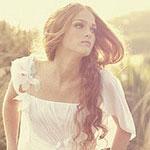 Аватар Длинноволосая девушка в белом платье в поле