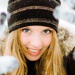 Аватар Светловолосая девушка в шапке улыбается