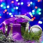 Аватар Подарочная коробка обвязана фиолетовой лентой, рядом елочная ветка и игрушка